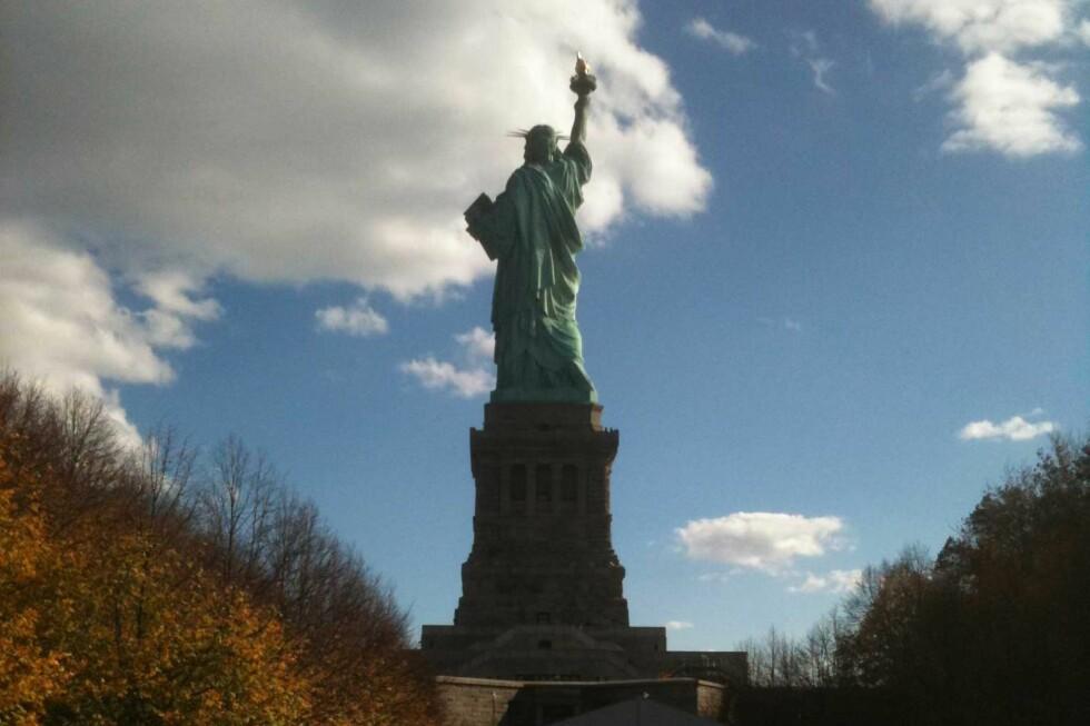 HOLDER SEG: Hun bærer alderen med verdighet, frihetsgudinnen i New York. Foto: Silje Ulveseth