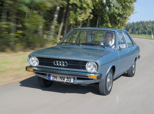 Audi har talt åtte generasjoner Audi 80/A4. Dagens A4 heter B8. Den vi ser her er B1 - en Audi 80 fra 1972. Foto: Audi