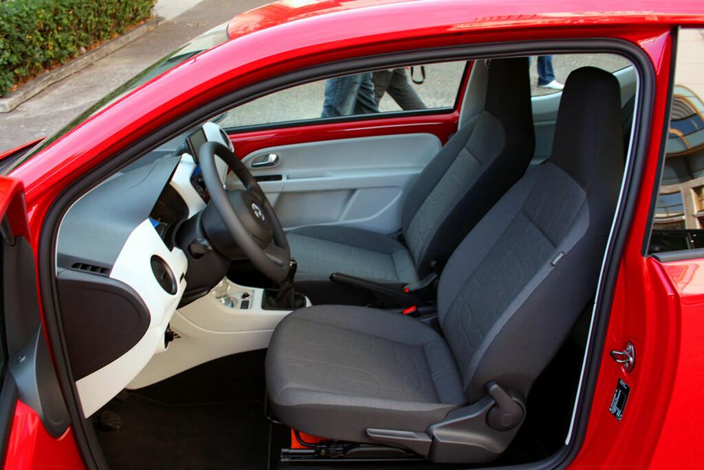 VW up! kan by på god plass foran - med god hodeklaring selv for folk på over 190 centimeter. Setene er gode å sitte i. Foto: Knut Moberg