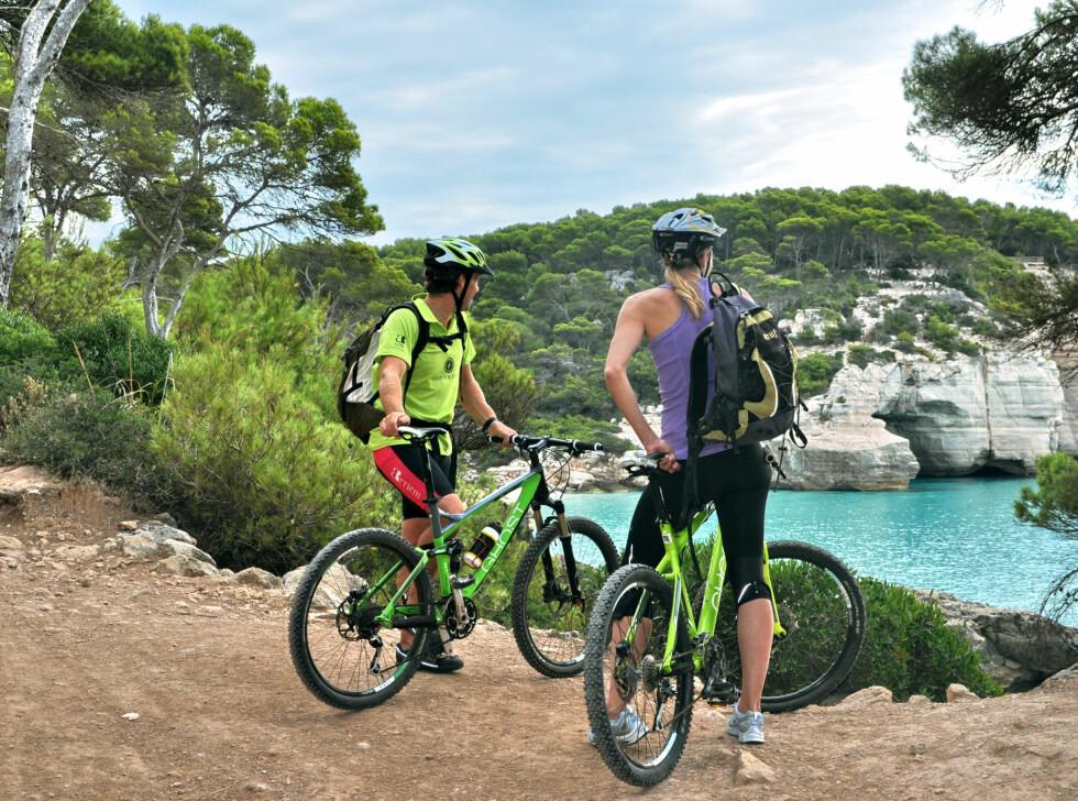 """På Menorca er det store muligheter for å ha en aktiv, miljøvennlig ferie. Øya omkranses av et 200 kilometer langt stisystem som er ideelle for sykling, trekking og ridning, """"Cami de Cavalls"""". Mange av de bortgjemte badevikene kan kun nås til fots eller på sykkel.  Foto: Marie Malmros"""