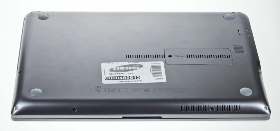 Kun ett lokk på undersiden. Det skjuler minnebrikkene. Skal du ta ut batteri eller disk, må hele bunnplaten skrus ut. Foto: Per Ervland