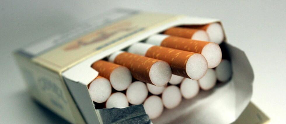 RØYKING DREPER: Men, det er billigst å kjøpe røyken på flyet og ikke vente til taxfreebutikken. Foto: COLOURBOX.COM