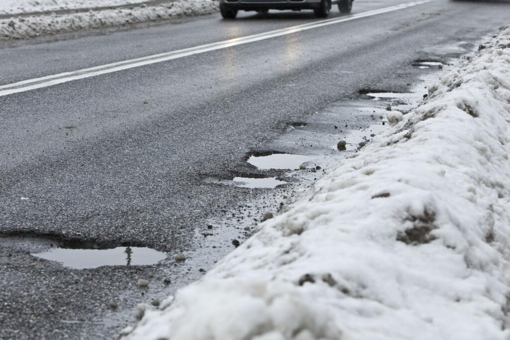 MINDRE SALT: Av miljøhensyn skal saltbruken på norske veier ned. Foto: Colourbox.com