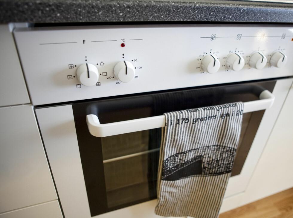 Komfyren har en innebygget sikkerhetsløsning som skal gjøre at elektrisiteten kuttes om maten blir stående å tørrkoke, eller det utvikler seg røyk i ovnen fordi du glemmer maten.  Foto: Per Ervland