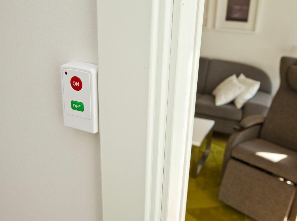 En enkel alarmknapp på soverommet lar deg sette på alarmen og stille boligen på nattmodus når du går og legger deg. Dette vil si at for eksempel lyset slås av, og kun små nattlys vil aktiveres - men dette kan du selvfølgelig stille inn selv som du vil.  Foto: Per Ervland