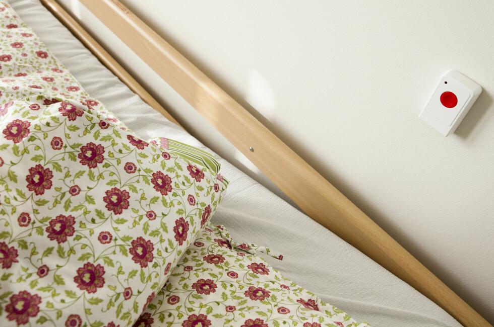 I tillegg for dem som ønsker det: En panikk/alarm-knapp ved sengekanten. Foto: Per Ervland