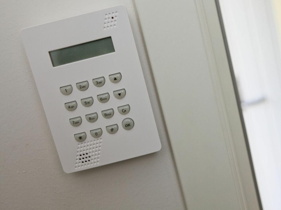 Hovedpanelet til alarmen er plassert ved utgangsdøren i tillegg til ekstraknappen på soverommet.  Foto: Per Ervland