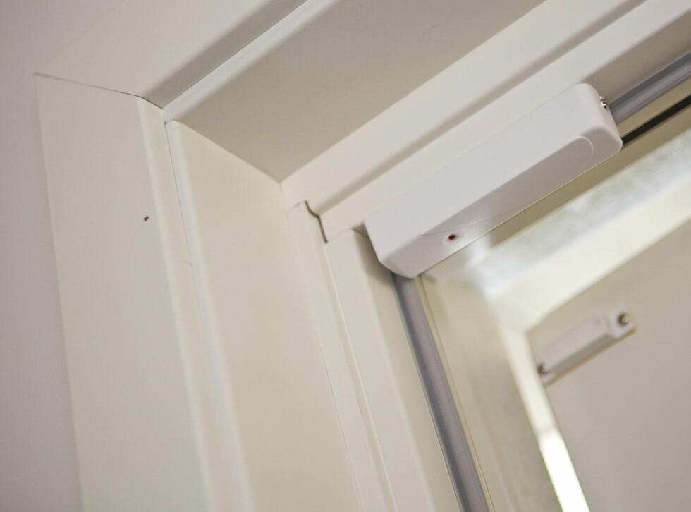 Alarmen er en skall-løsning med trådløse enheter som er festet på alle dører og vinduer - og på rammen. Dersom noen åpner en dør eller et vindu vil alarmen gå.  Foto: Per Ervland