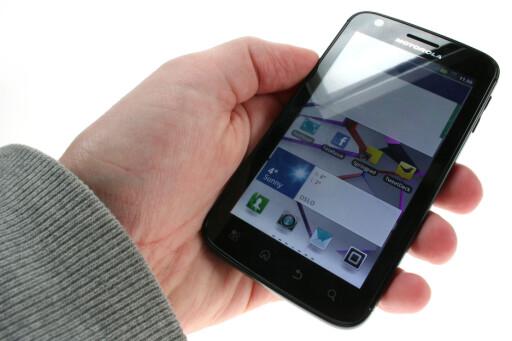 KJEDELIG: Designet på Motorola Atrix vekker ingen følelser. Hverken den ene eller den andre veien.  Foto: Ole Petter Baugerød Stokke