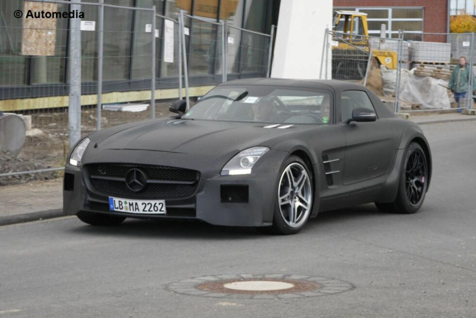 Automedia har foreviget det som vil bli merkets råeste supersportsbil siden CLK GTR roadcar. Her ser vi kommende SLS AMG Black Series. Foto: Automedia