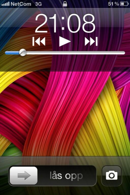 Dobbeltklikker du på hjem-knappen når telefonskjermen er slukket (eller befinner seg på den samme låsskjermen), får du snarveier både til musikkavspilling og kamera –uten at du trenger å taste opplåsingskoden.