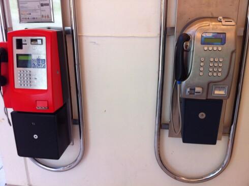 Cirka 640 av de rundt 1.400 betalingstelefonene som Telenor har per i dag, står inne som disse på Gunerius i Oslo. Cirka 760 står ute.  Foto: Kristin Sørdal