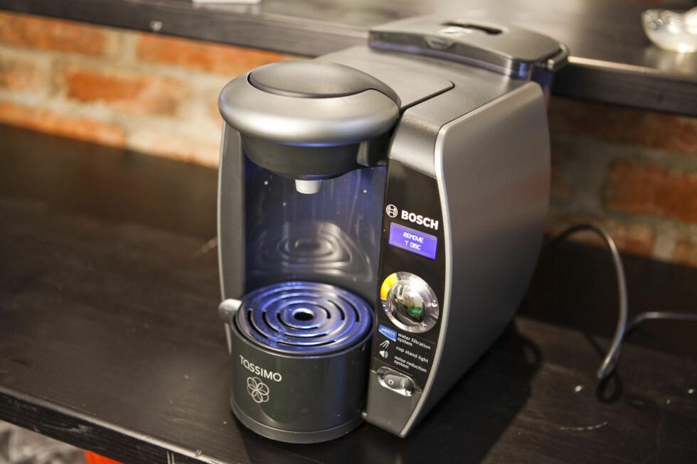 Maskinen lyser blått når du skrur den på, og når du brygger kaffen. Foto: Per Ervland