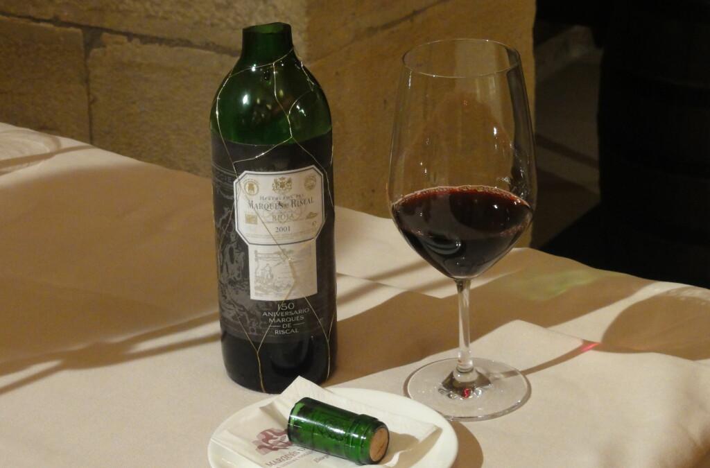 <strong>Hvordan har dette skjedd?</strong> Du tror det nesten ikke, selv når du får se det. Slik åpner de flaskene hos vinekspertisen i Rioja. (Men ikke prøv dette hjemme ...) Foto: Fred Magne Skillebæk