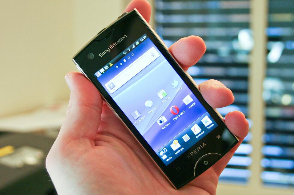 SLANKIS: Sony Ericsson Xperia Ray er ganske beskjeden med sin 3.3 tommer store skjerm, men likevel ikke så beskjeden at den synes det er pinlig å vises fram i dagslys - kanskje med unntak av vår modell i gull. Heldigvis kommer den også i andre farger. Foto: Øivind Idsø