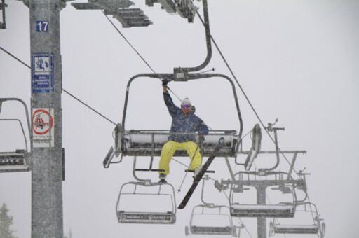 Knut var førstemann i heisen med ski på beina i Hafjell.  Foto: Roger Hjelmstadstuen