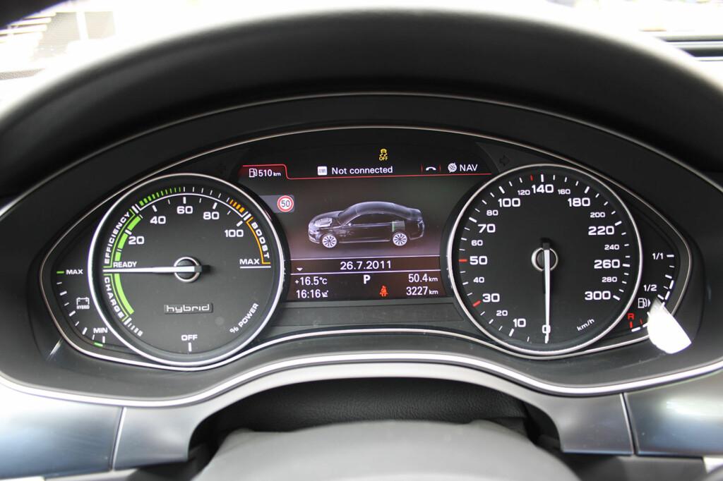 Instrumentpanelet er spesifikt for Audi A6 hybrid. Nåla i grønt er bra. Foto: Knut Moberg