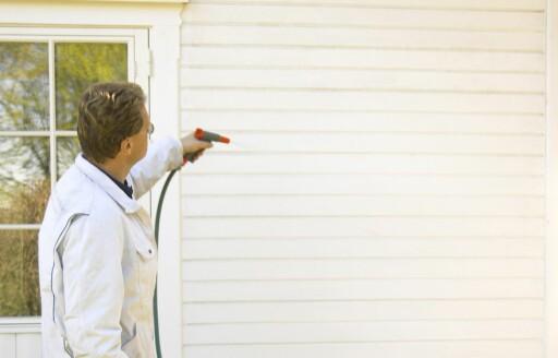 Du bør ikke male skitne hus. Vask huset før du maler Foto: Ifi.no