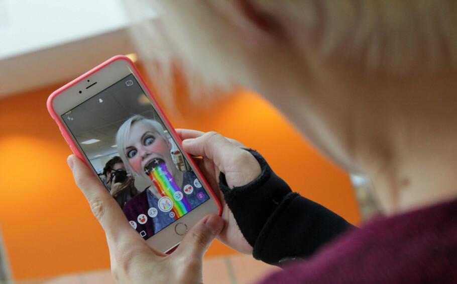 TRYKK PÅ ANSIKTET: For å få opp Snapchat-linsene, trenger du nå bare å trykke en gang på ansiktet ditt. Foto: Ole Petter Baugerød Stokke