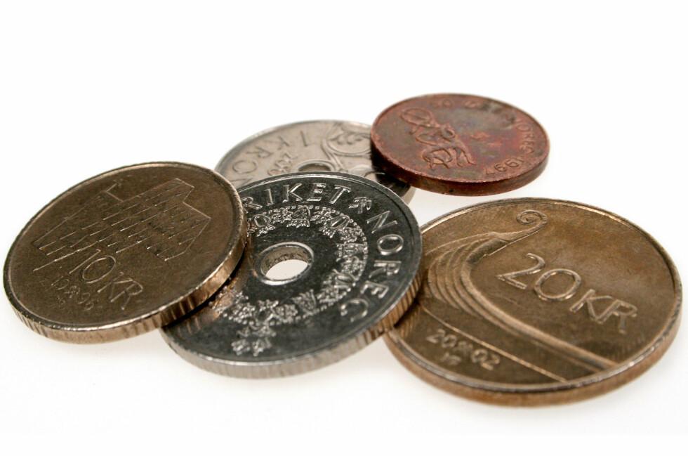 EN NY TITT: Du studerer kanskje ikke myntene dine så nøye. Man blir lært opp til å ta minst mulig på dem, og kun oppbevare dem i mørke lommebøker. Men alle myntene har sin egen historie. Noen mer spennende enn andre. Foto: Ole Petter Baugerød Stokke