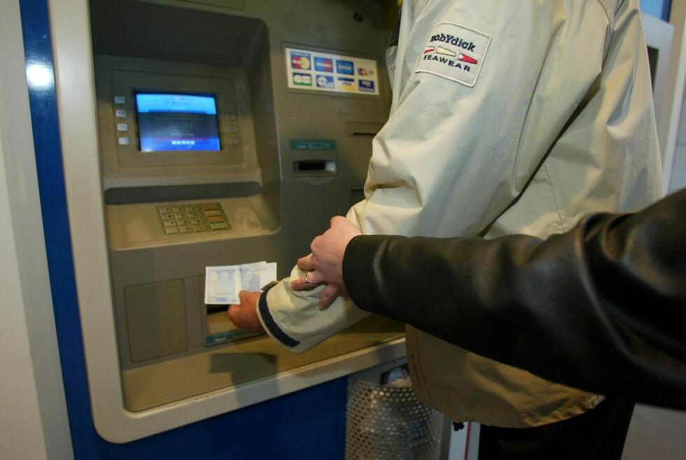 STJELER KODE OG KORT: Spesielt de eldre har blitt utsatt for tyveri i minibanker de siste årene. Foto: Colourbox.com