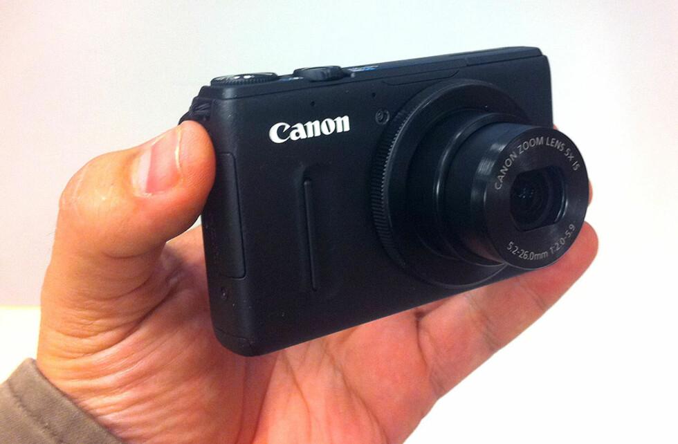 Canon PowerShot S100. Kameraet kommer også i sølvfarget hus. Foto: Bjørn Eirik Loftås