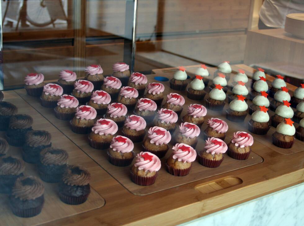 GODTESYK? Ta en tur innom Agnes Cupcakes, som ligger i    Sværtegade 2, for å nyte fantastiske cupcakes. Her får du syv mini-cupcakes for 78 kroner, og de finnes i alle mulige varianter. En fryd for øyet (for ikke å glemme smaksløkene!) Foto: Silje Ulveseth