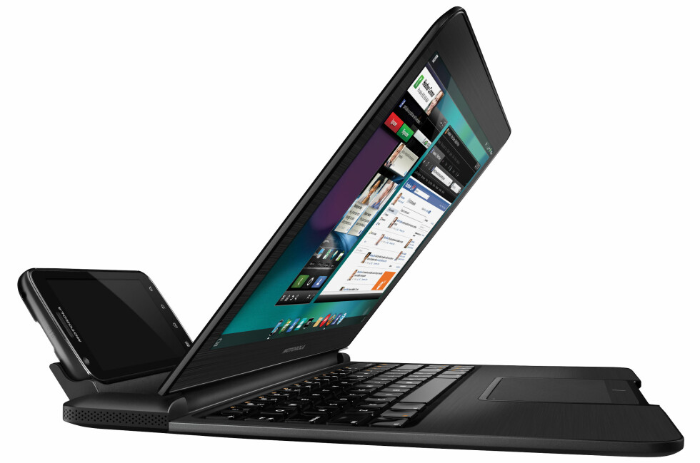 SPESIELL: Her ser du Atrix i laptop-dockingen. Da sitter man plutselig med noe som befinner seg midt mellom PC og mobil.  Foto: Motorola