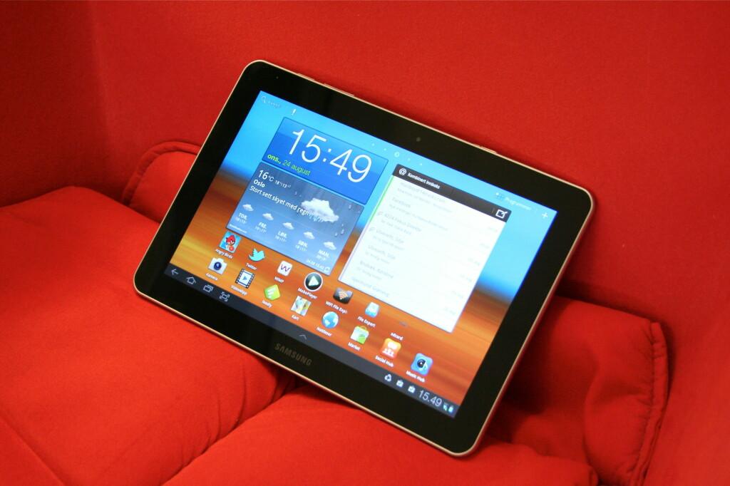 SOFAVENNLIG: Nettbrett er gjerne veldig fine å ha i sofaen. Galaxy Tab 10.1 er ikke noe unntak, og har fordeler både i forhold til vekt og tykkelse. Foto: Øivind Idsø