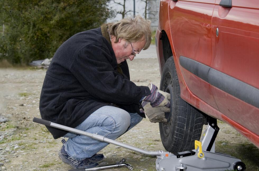 DÅRLIG PÅ DEKK-SKIFT? Mange trenger bilberging på grunn av flatt dekk. Foto: Colourbox.com