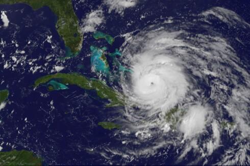 Her ser du tydelig orkanens øye, idet Irene akkurat har blitt kategorisert som en stor orkan, og går inn over Bahamas.  Foto: NASA/NOAA GOES Project