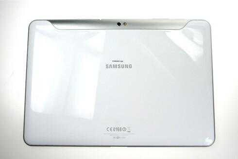 PLAST - OG MER PLAST: Samsungs nye nettbrett ser svært elegant ut på avstand, men føles ikke like elegant når en plukker det opp. Det skyldes i hovedsak den utstrakte bruken av plast. Foto: Øivind Idsø