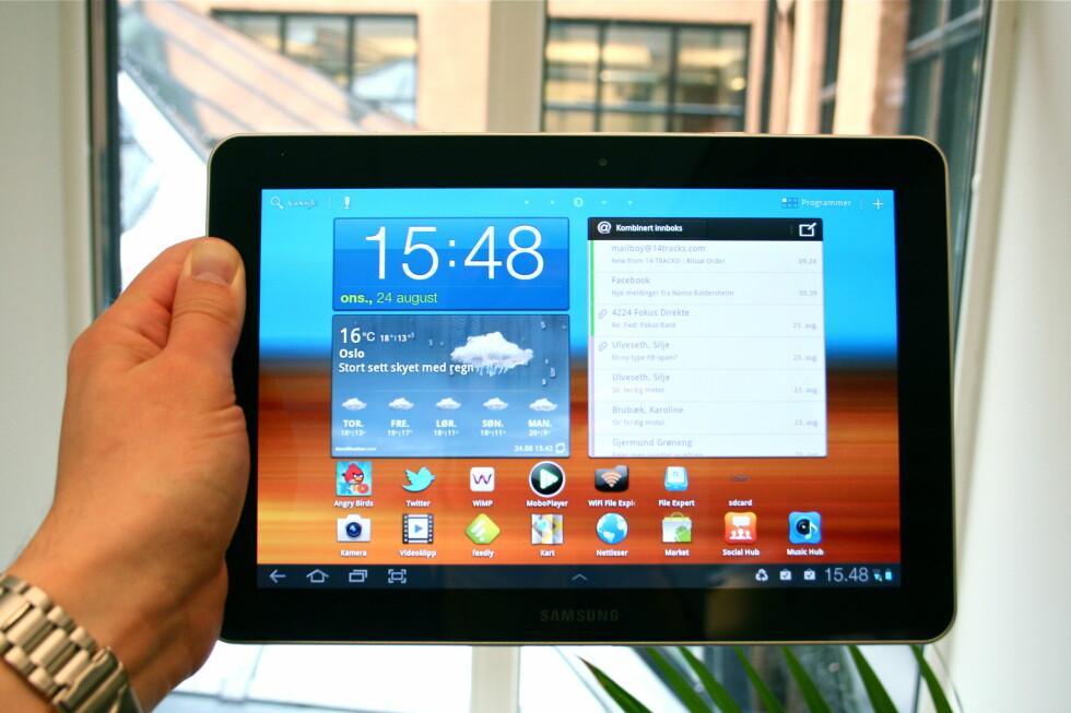LEKKER SKJERM: Samsung Galaxy Tab 10.1 kommer med aller siste versjon av Honeycomb, den skreddersydde Android-varianten tilpasset nettbrett. Slik ser den lekre hjemskjermen ut (etter litt tukling). Foto: Øivind Idsø