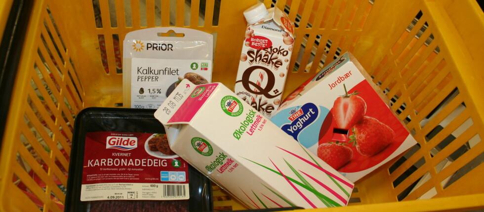 HALV PRIS: Disse varene var satt ned til halv pris tre dager før utløpsdatoen, da DinSide stakk innom nærmeste matbutikk. Foto: BERIT B. NJARGA