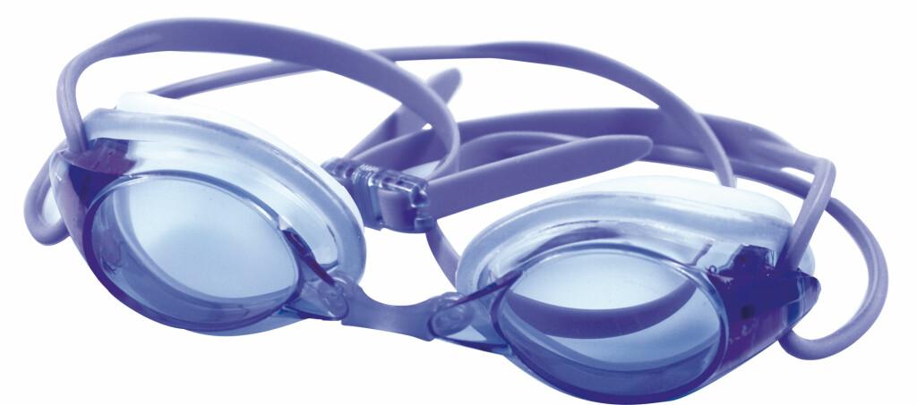 Det er ikke så lett eller praktisk å svømme med briller. Da er svømmebriller med styrke et alternativ. Foto: Specsavers