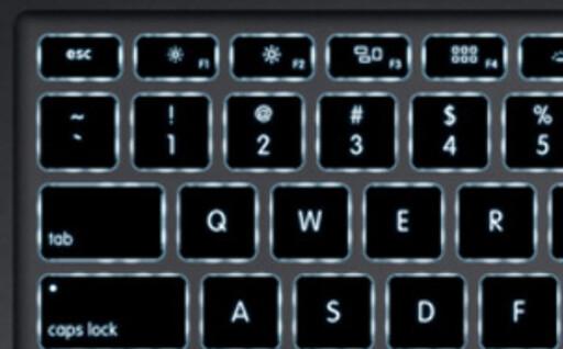 I motsetning til forrige utgave, har 2011-utgaven av Macbook Air fått bakbelyste taster, som lyser når det er tilstrekkelig mørkt.