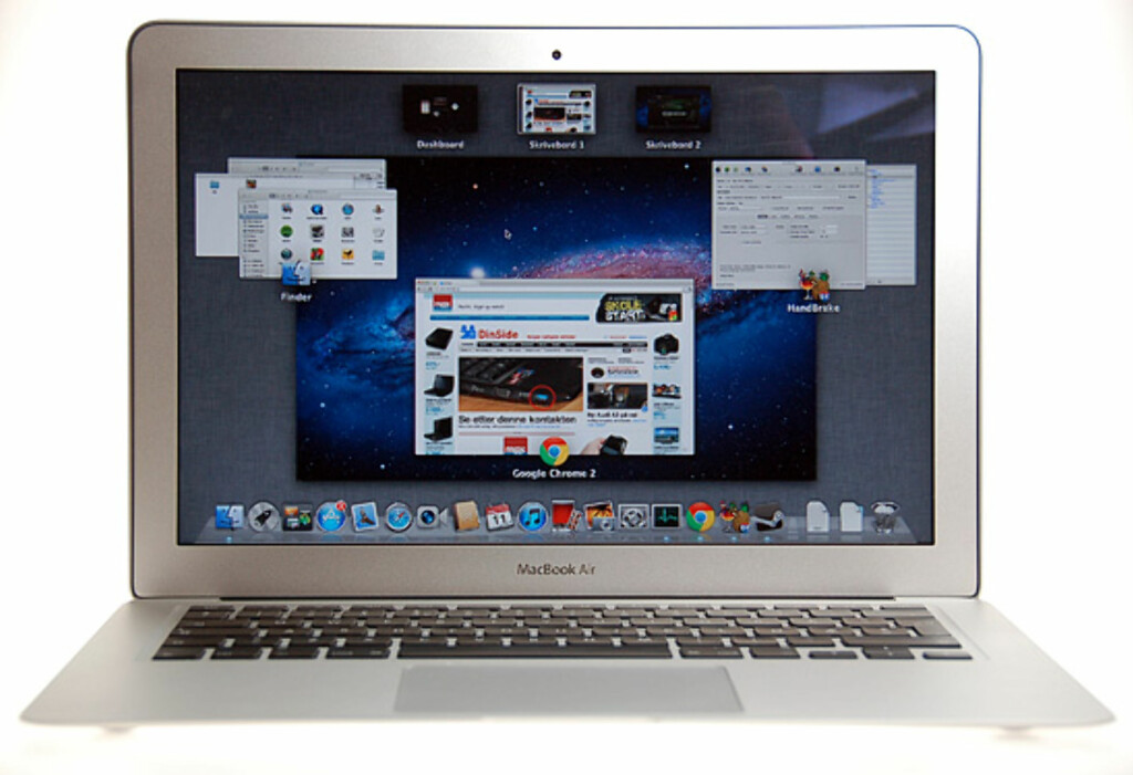 Siste utgave av Macbook Air kommer med OSX Lion. Den har rette kanter også, selv om objektivet vårt sier noe annet. Foto: Pål Joakim Olsen