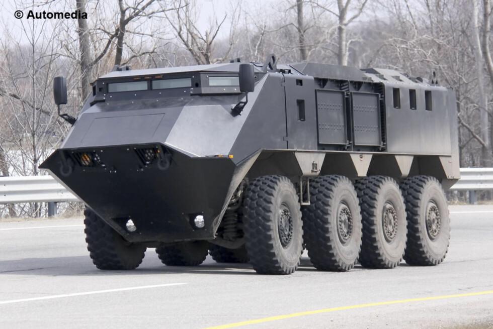 Dette monsteret er en åttehjulsdrevet ASV, en prototype oppdaget av våre spionfotografer på åpen vei i USA. Foto: Automedia