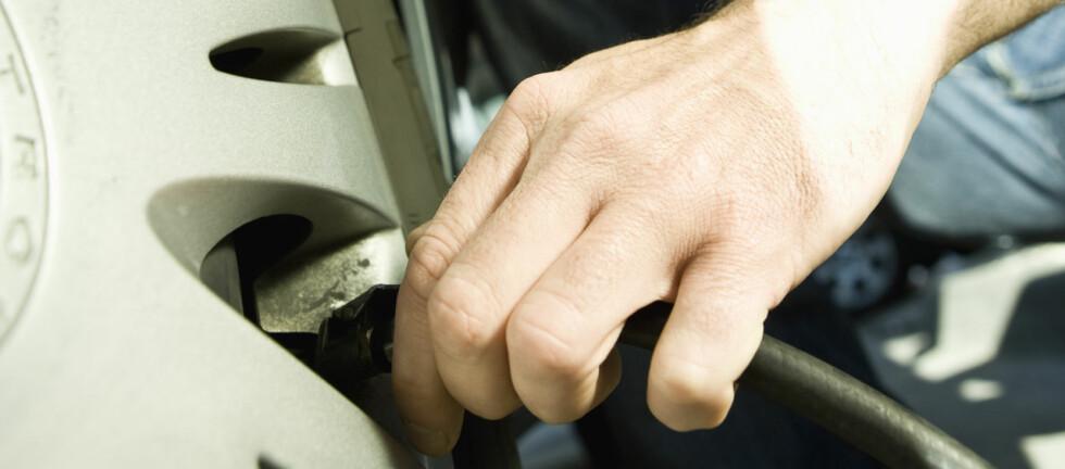 SJEKK NÅ: Riktig lufttrykk gjør bilen sikrere, og sparer drivstoff og slitasje. Foto: Colourbox.com