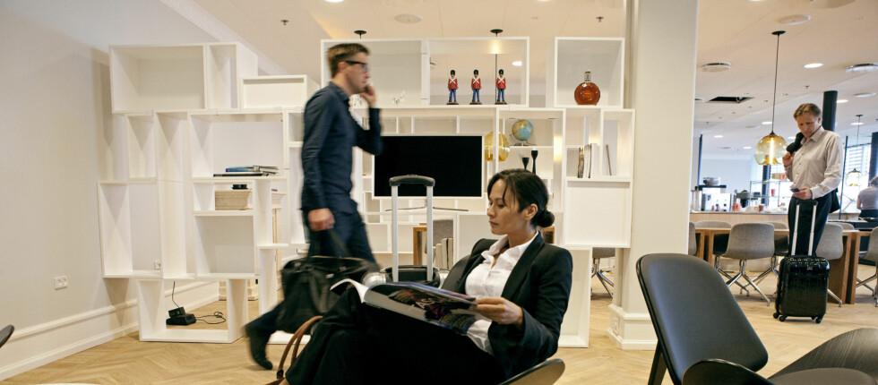 På CPH Apartment kan du hvile rumpa di på en rådyr og eksklusiv designerstol, mens du venter på flyet. Foto: CPH Apartment