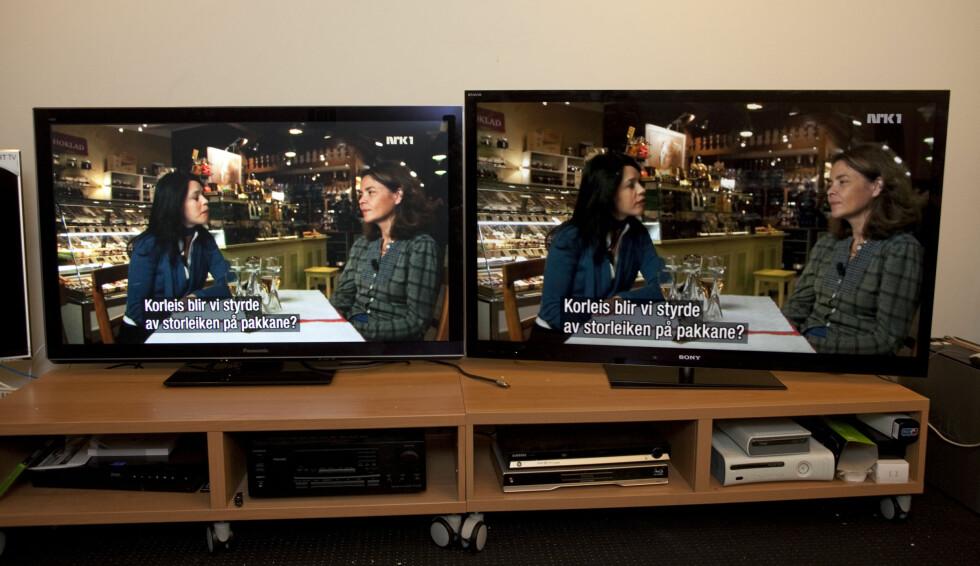 50-tommeren av Panasonic VT30 til venstre, Sony HX923 (55-tommer) til høyre.  To TV-er med svært god dybde. Foto: Per Ervland