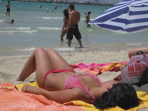 De lokale har som regel med egen parasol på stranda, så de slipper å leie. Foto: Colourbox