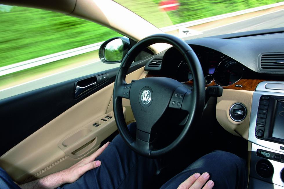 HENDENE AV RATTET: Her kan føreren slappe av - bilen kjører selv. Men føreren må være på plassen sin. Foto: Volkswagen