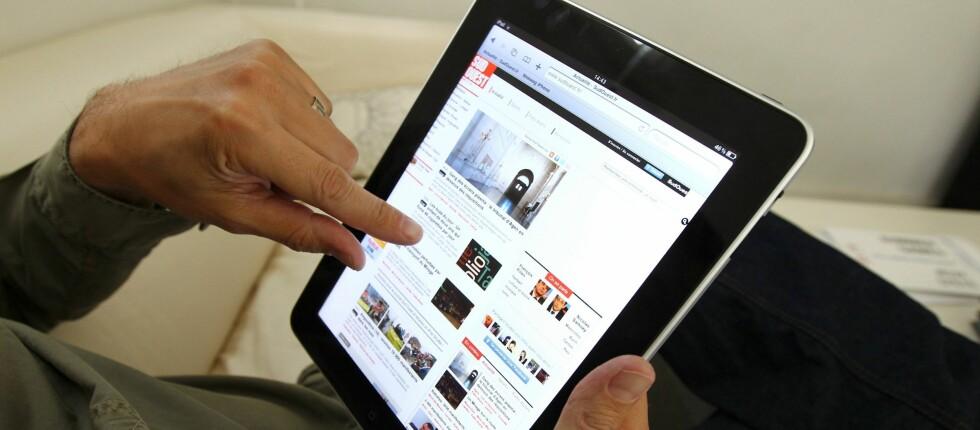 KLØR I FINGRENE: For enkelte er det svært vanskelig å la iPaden ligge igjen hjemme på ferie. Foto: Colourbox