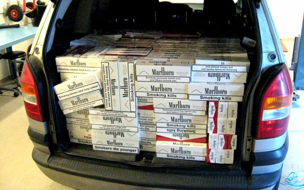 Noen kartonger for mye, kanskje? Da tollen stoppet denne bilen med rundt med 120.000 sigaretter i bagasjerommet, valgte smugleren å rømme til skogs. Foto: Tollvesenet