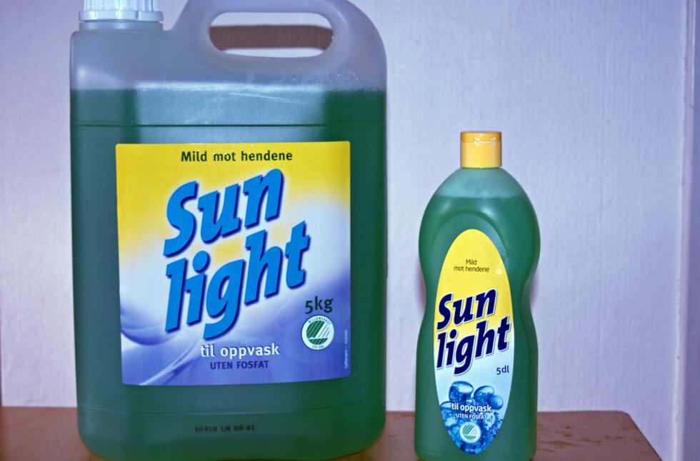 STOR ELLER LITEN? Man skulle tro prisen per desiliter var billigst ved kjøp av stor Sun Light. Men det er ikke tilfellet.      Foto: Berit B. Njarga