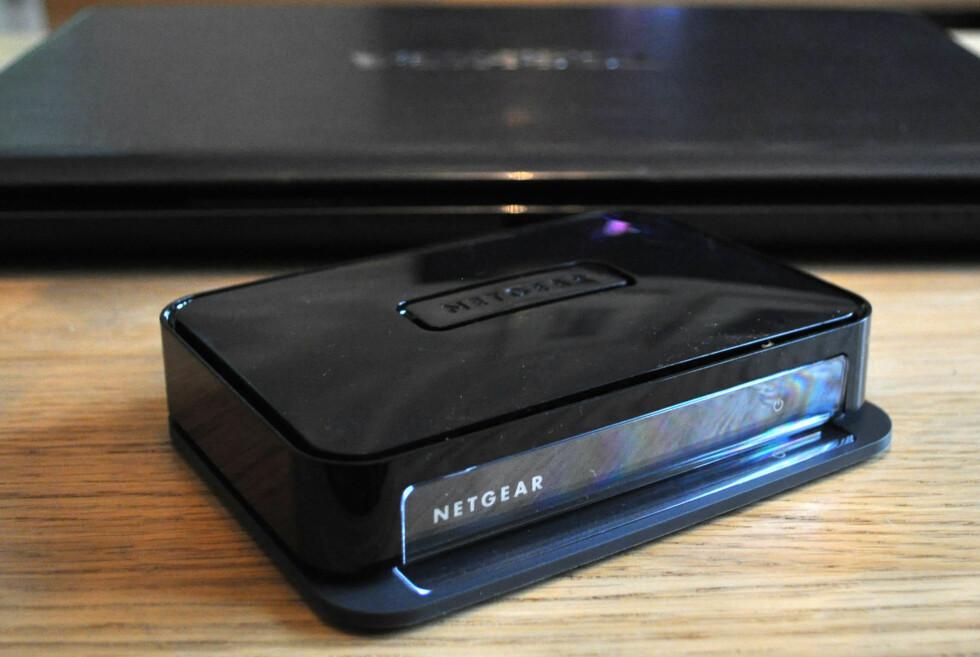 Med denne lille boksen koblet til TV-en, kan du lage en trådløs forbindelse mellom PC-en og TV-en. Men helt optimal er løsningen slett ikke. Foto: Bjørn Eirik Loftås