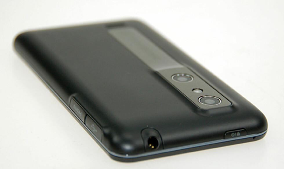 Optimus 3D har to kameraer slik at du også kan ta stillbilder (5Mp) og filme (720p) i 3D. HDMI-porten gjør at dette kan vises direkte på en 3D-kompatibel TV. Foto: Pål Joakim Olsen