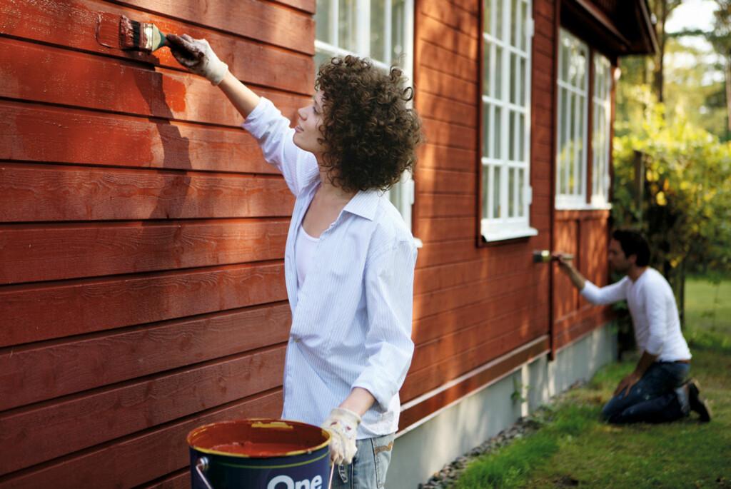 Er du redd for at hele sommeren skal renne bort i husmaling? Kanskje du kan slippe unna med å bare ta sørveggen i år.  Foto: NORDSJÖ