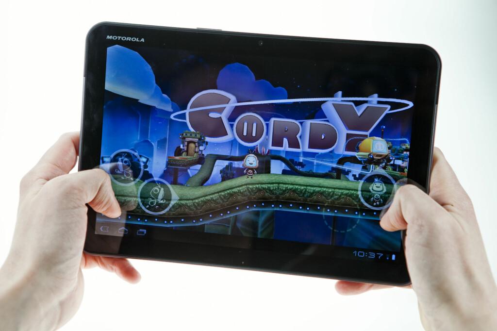 KRAFTIG: Motorola Xoom er med sine to prosessorer et kraftig nettbrett, som blant annet kjører pene spill som Cordy uten problemer.  Foto: Per Ervland